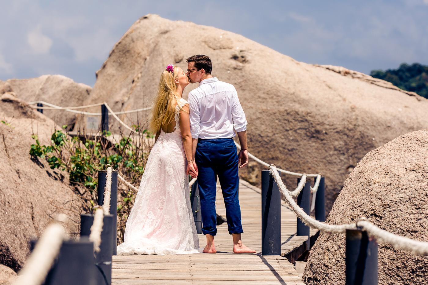 Hochzeitskuss auf auf einer Holzbrücke auf der Insel Koh Tao und fotografiert von Fotograf Markus Winkelbauer