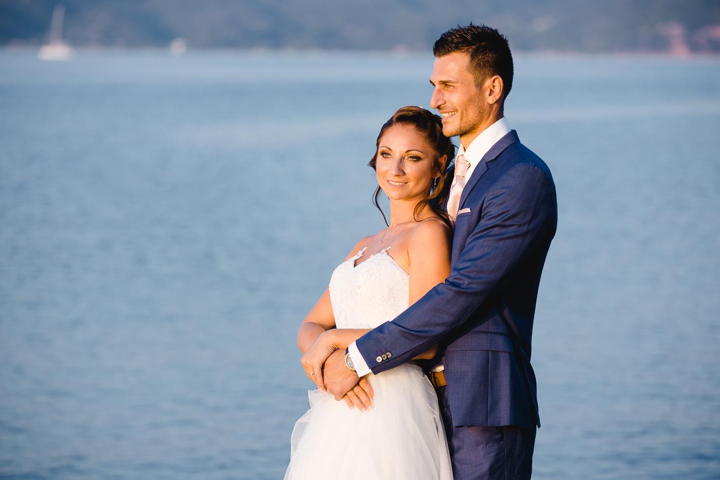 Hochzeitspaar geniesst den Moment und wird fotografiert vom Fotografen Markus Winkelbauer