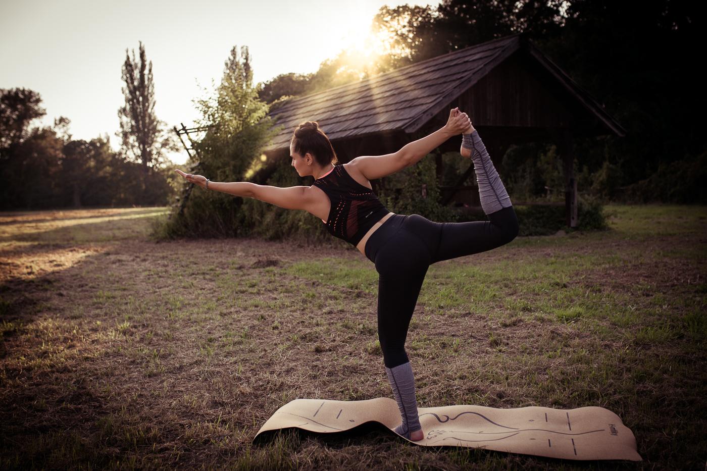 Yoga Pose in der Lobau bei wunderschönen Sonnenuntergang von Fotograf Markus Winkelbauer fotografiert